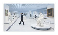Sous surveillance. (Scubaba) Tags: france museum lens europe louvre couleurs muse visitors artois pasdecalais visiteurs louvrelens