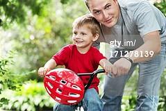 casco da bici (grafico5c) Tags: insieme bambino duepersone caucasico accudire composizioneorizzontale legameaffettivo bambinimaschi