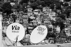 Lussi che creano contrasti (elizalaise) Tags: roof brazil sky television rio riodejaneiro digital tv tetto br para digitale rich poor favela antenne brasile rocinha povert lusso ef1855mm povero poveri antenneparaboliche narcotrafficante canoneos1100d