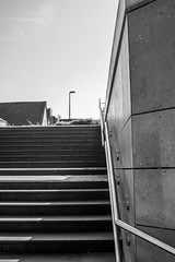 Treppe zum...-Stairway to...#03_B&W (Siggi-Dee) Tags: life street city urban bw white black monochrome photography graffiti blackwhite fuji candid streetphotography menschen fujifilm fujinon humans leben streets einfarbig schwarzweis mirrorless streetpoto xpro1 strasenfotografie 18mmf2 27mmf28 siggidee siegda