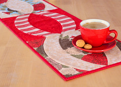 OOO (OHO) Table Runner (easypatchwork) Tags: red table runner binding oho