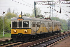 PR EN57-1004 , Wrocaw Muchobr train station 04.05.2013 (szogun000) Tags: railroad station electric set train canon tren poland polska rail railway commuter emu pr passenger trem treno ezt regio wrocaw pkp pocig  lowersilesia dolnolskie dolnylsk en57 przewozyregionalne wrocawmuchobr en571004 canoneos550d canonefs18135mmf3556is d29273 d29275 d29757 d29758