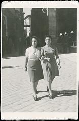 Ascoli com'era: piazza del Popolo, Ida ed Eleda a passeggio (~1944) (Orarossa) Tags: italy italia wwii marche ascolipiceno stefonieleda 1480033 lelliida
