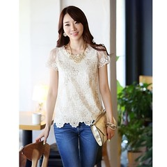 เสื้อลูกไม้แฟชั่นเกาหลี ผ้าชีฟองเป็นเสื้อผ้าแฟชั่นแบบเกาหลีแท้ๆที่ฮอตมากๆ สวยด้วยเสื้อลูกไม้แฟชั่นเกาหลีแบบแขนสั้นคอกลม ด้านหน้าแต่งลูกไม้ รอบคอแต่งด้วยดอกไม้ปักมุกหรูแบบเจ้าหญิง แขนเสื้อเป็นผ้าลูกไม้สวยหรูมากๆ จะใส่เป็น เสื้อผ้าทำงาน ชุดไปงานแต่งงาน ก็เห