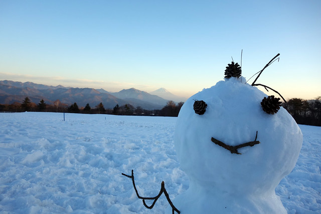 清里で雪だるまと富士山