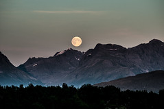 Norway, Moonrise over lesund (p_h_o_t_o_m_i_c) Tags: schnee sky moon snow mountains norway fog dark mond norge nebel norwegen himmel berge moonrise summit dunkel noreg gipfel mondaufgang