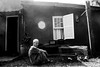 (iLana Bar) Tags: sol g pb jardim porta janela homem pretoebranco sitio 2014 toninho pintinhos sindromededown ilanabar
