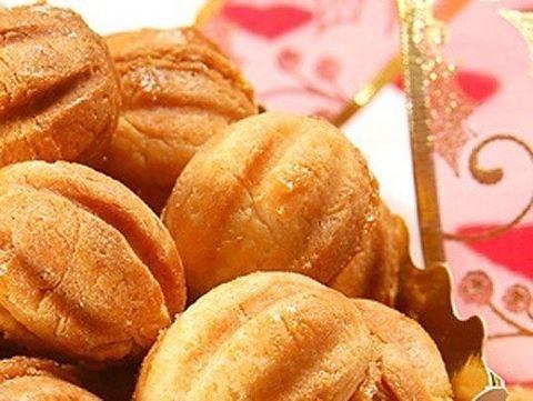 """Приготовьте знаменитый десерт  - печенье """"Орешки"""" в орешнице """"Белочка"""". Тесто для песочных орешков Ингредиенты: сахар 1 ст. сливочное масло 200 г. ванильный сахар 10 г. яйца 4 шт. сода 0.5 ч. л. соль щепотка мука пшеничная 300 г. Приготовление: Сначала ну"""