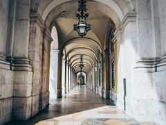 Arco da Rua Augusta - Lissabon, Portugal (Sebastian Bayer) Tags: street city portugal architecture contrast matt lisboa dramatic olympus stadt architektur symmetric lissabon arcades pillars kontrast matte omd arkaden sulen dramatisch arcodaruaaugusta 124028 omdem5ii