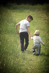 Brothers (xiaolifra) Tags: bambini fratelli brothers child childrenpasseggiata passeggiare walking walk erba grass montagna mountain country countryside primavera spring cappello hat fratello brother