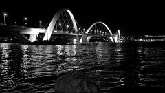 Juscelino Kubitschek Bridge, Braslia (Francisco Arago) Tags: bridge brazil urban bw lake americalatina braslia brasil architecture reflections puente df nightshot pb bn noturna noite luzes fotografia formas fotografo distritofederal americadosul pontejk colunas jkbridge estrutura lagoparano paranolake refelxos juscelinokubitschekbridge capitaldobrasil canonlens24105mm canon5dmkii franciscoarago