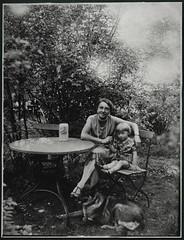Archiv E892 Im Biergarten, Mutter, Tochter und Schferhund, 1910er (Hans-Michael Tappen) Tags: 1920s dog outdoor kind frau tisch schmuck biergarten kleidung schferhund klappstuhl bierkrug 1920er archivhansmichaeltappen