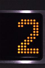 Zwei 2 Aufzug DSC_0543 (reinhard_srb) Tags: 2 digital haus bro zwei aufzug leuchtschrift zahl kabine ziffer stockwerk anteile