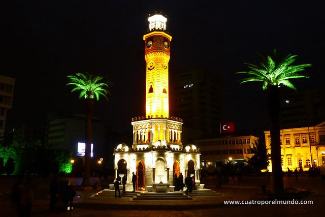 La plaza del reloj ya de noche
