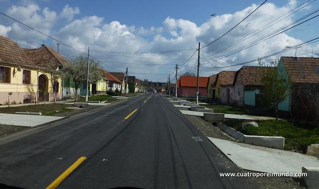 Casas a los lados de la carretera recien asfaltada. Casi todos los pueblos que pasamos eran así