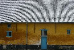 """Midzeelhoeve II in de sneeuw / Farm """"Midzeelhoeve II"""" (Sint-Katelijne-Waver) Tags: blue roof blauw farm sneeuw grom dak flanders flandres oker hoeve vlaanderen midzeelhoeve pannen midzeelhoeveii midzelen"""