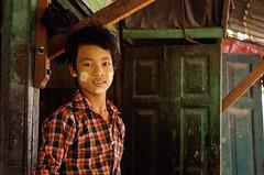 IMGP6867 (Montre ce qu'il voit!) Tags: portrait people colors landscape gold golden julien asia pentax couleurs burma religion buddhism myanmar asie mm paysage budda mandalay vidal gens k5 birmanie boudhisme myanmarbirmanie mandalayregion