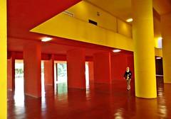 MILANO (cannuccia) Tags: people milano giallo rosso colori lombardia architettura geometrie