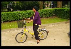 JUNI0593 (Leopoldo Esteban) Tags: africa brussels woman bike mujer women belgium belgique african femme bruxelles bici bruselas mujeres belgica femmes afrique africana afric leopoldoesteban