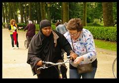 JUNI0482 (Leopoldo Esteban) Tags: africa brussels woman bike mujer women belgium belgique african femme bruxelles bici bruselas mujeres belgica femmes afrique africana afric leopoldoesteban