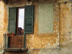 Per le vie di Orta 6. (frank28883) Tags: finestra lagodorta tromploeil ortasee novara lakeoforta ortasangiulio ortalake lacdorta
