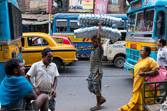 (Jordy B) Tags: inde india westbengal calcutta kolkata couleurs colors asie northindia indedunord northemindia travelphotography streetphotography asia extrieur bus man homme seau