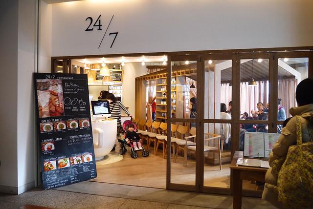仲良しの女友達2人みなとみらい24/7restaurantでランチの写真
