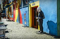 Un seor de plstico (victor mendivil) Tags: argentina bar cafe buenosaires nikon sigma laboca mueco anciano viejo caminito mozo muecote 18200mmf3563dcos d7000 victormendivil