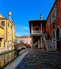 Venice : Pescaria / Campo de le Becarie (Pantchoa) Tags: bridge venice fish nikon ponte campo nikkor venise fishmarket venecia venezia polo pescaria veneto sanpolo marketsan d7100 1685f3556gedvr campodelebecarie riodelerecane becarierio