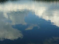 Regenwolkenschimmer (Jrg Paul Kaspari) Tags: clouds spring wasser cloudy wolken eifel fallen regen ins frhling maar wanderung 2014 regenwolken gillenfeld vulkaneifel pulvermaar inswasserfallen maarseetour