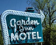 Garden Inn (Pete Zarria) Tags: illinois motel green neon sign roadtrip room