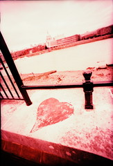 IMG_0036 (spoeka) Tags: lomo lomography analog analogue 35mm kb dia slide xpro lcwide panorama fujisensia100 london uk england pink streetart graffiti herz heart