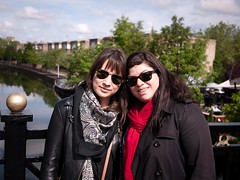 Pauline et Myriam (Dahrth) Tags: friends london canal women londres waterway amies microfourthirds panasoniclumixgf1 lumix20mm 20mmpancake gf120 lumixmicroquatretiers lumixμ43