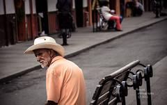 Anciano salento (RonaldHV) Tags: street people calle colombia gente balcony oldman sombrero anciano salento balcn banca comercio colombiano quindio artesanas callereal ejecafetero ccora