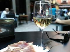 in vino veritas (Langi Zwofnf) Tags: madrid chicas wein 2016 calledebarcelona