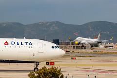 Delta A330 + Vueling A320 (Jos M. Deza) Tags: aircraft bcn airbus planespotting elprat spotter deltaairlines vueling a320214 a330323x lebl n804nw eclzn 20160604