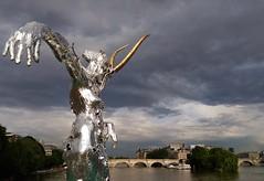 Les habitations de ces humains paraissent bien fragiles... (Thierry.Vaye) Tags: sculpture paris seine exposition artiste pontdesarts