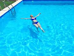 Tiempo de piscina y relax ([Mara JPM]) Tags: piscina swimingpool davidhockney blue azul relax agua natacin deporte