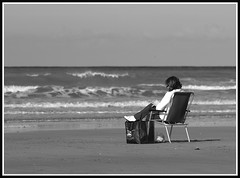 tranquille (universon) (Photos-oleron) Tags: bw mer sac sable ile olympus nb dos vague plage personne chaise assis gens oleron e510