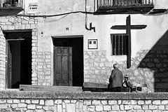 Qué cruz... (Sonia Montes) Tags: blackandwhite bw byn blancoynegro canon gente social bn fachada sombras calles