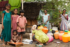 (Sbastien Pineau) Tags: family famille girls boy india house water familia agua asia eau raw madras chicas asie chico chennai tamilnadu slum filles shantytown inde pineau habitation vivienda garons chabola bidonville  sbastienpineau