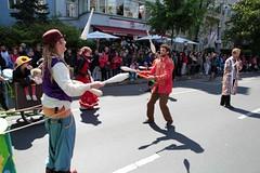 20. Karneval der Kulturen (bsdphoto) Tags: berlin kreuzberg deutschland natur pflanzen parade bume schatten gebude deu umzug jonglieren huser sonnenschein publikum keulen jongleur hasenheide karnevalderkulturen zuschauer zirkus karawane strase karnevalsumzug cabuwazi jongleure strasenumzug