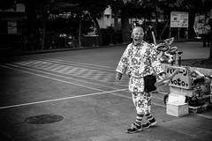 Un clown (www.danbouteiller.com) Tags: japon japan japonais japanese tokyo ueno park parc clown people funny fun city ville urban street streetscene streetlife streets streetshot photoderue photo de rue monochrome monochromatic black white noir blanc noiretblanc noirblanc nb bw blackandwhite blackwhite canon canon5d eos 5dmk2 5d 50mm 50mm14 5d2 5dm2