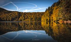 Reflets d'Automne (Jean-Philippe Loubignac - JP Photos) Tags: longexposure autumn lake colors automne canon couleurs lac auvergne redtree pavin cratere lacpavin 5dmarkiii pavinlake