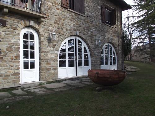Portafinestre ad arco con pannelli decorati