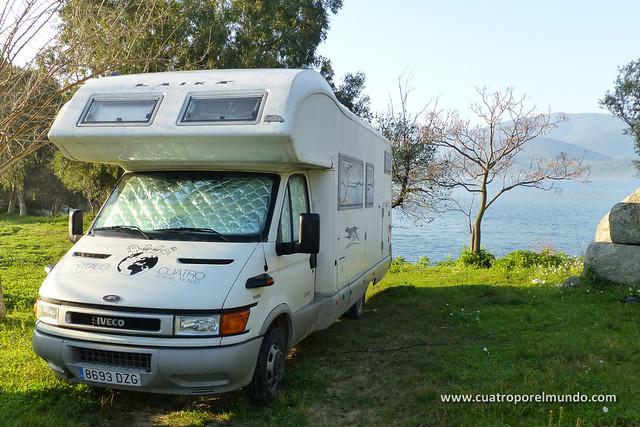 Aparcados en la pension Zaybek junto al lago Bafa