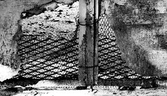 espiando (ojoadicto) Tags: blackandwhite blancoynegro texture textura urban urbana pared hueco espiar rejas