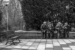 Banco Vaco   ///   Empty Bench (Walimai.photo) Tags: black white blanco negro byn bw branco preto blanc noir bench banco four cuatro 4 old elder older people candid robado portrait jesutas salamanca lx5 lumix panasonic