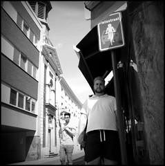 Aalst (B) - Molenstraat - 2016/05/09 (Geert Haelterman) Tags: blackandwhite white black monochrome belgium candid streetphotography fujifilm zwart wit geert streetshot aalst x10 alost photoderue straatfotografie photographiederue fotografadecalle strassenfotografie fotografiadistrada haelterman