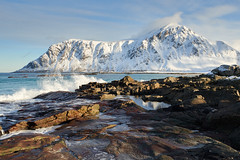 Plage de Skagsanden #3 [ les Lofoten ~ Norvge ] (emvri85) Tags: winter snow mountains norway zeiss sunrise 35mm waves hiver neige vagues lofoten montagnes leverdesoleil norvge nordland